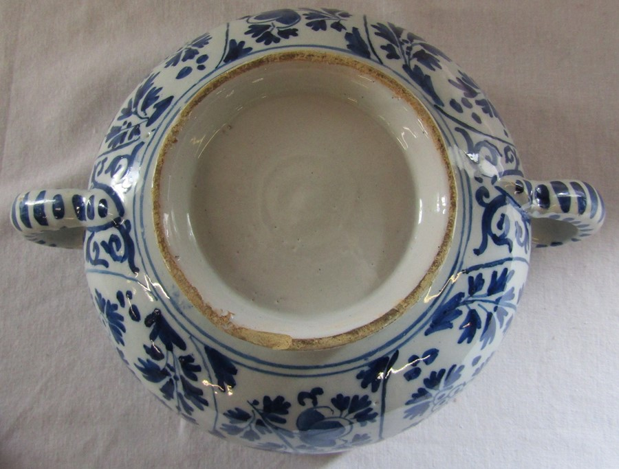 18th century Delft blue and white painted twin handled possett pot / broth bowl and cover D 26 cm - Image 13 of 14