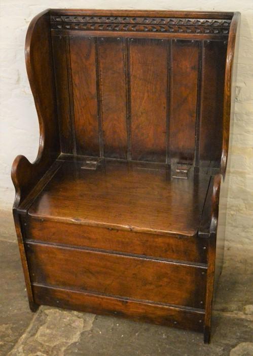 Titchmarsh & Goodwin small oak settle (2020 Retail List price £1050) Ht 91cm W 61cm D 40cm