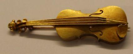 18k hand made violin brooch, 6cm diameter, 13.3g