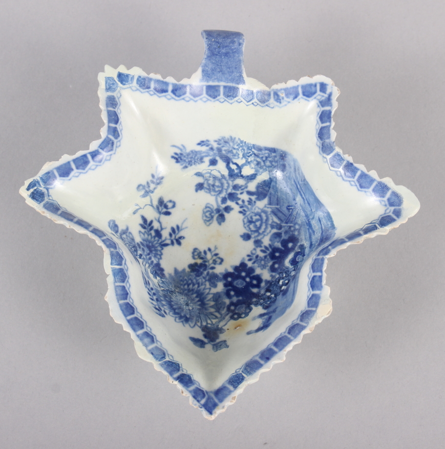"""An 18th century Worcester blue and white leaf-shaped pickle dish, 5 1/4"""" wide, and a blue and - Image 5 of 8"""