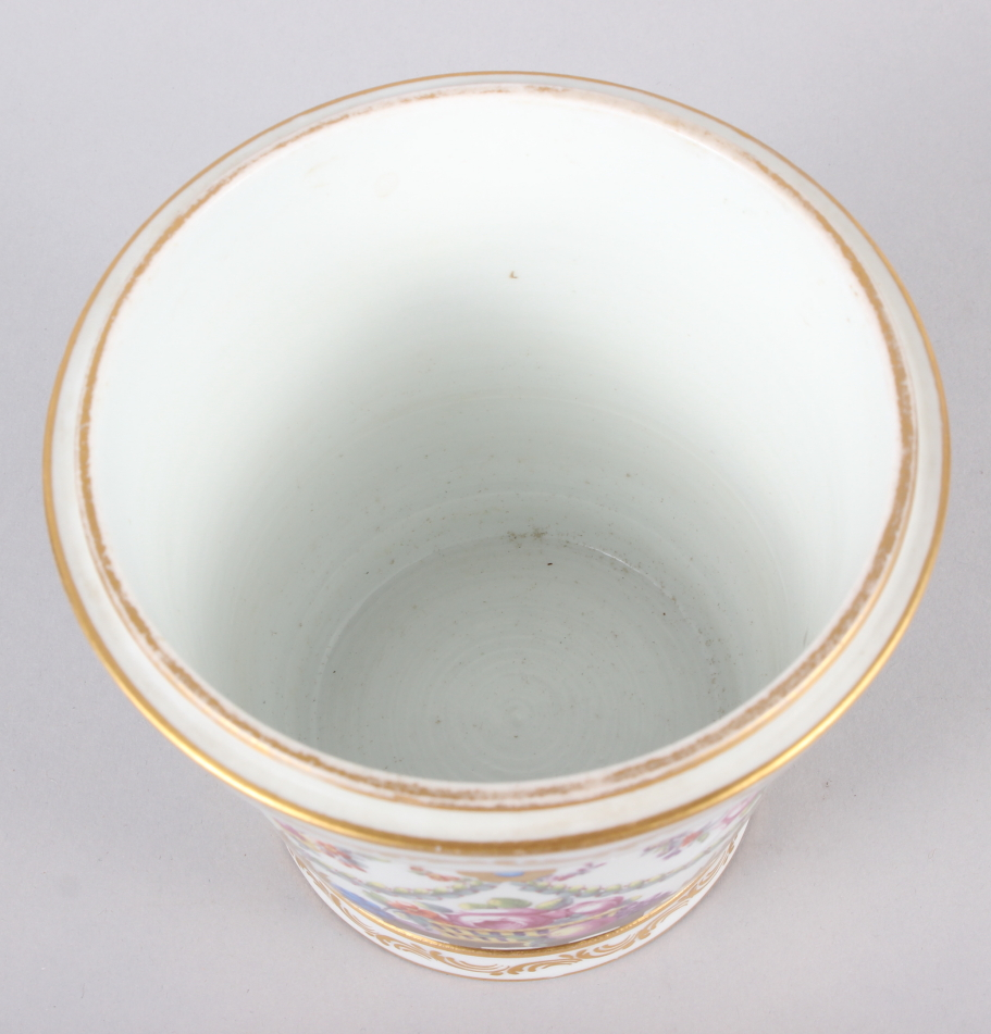 An 18th century Sevres Imperial cache pot with gilt ring handles and floral swag decoration - Image 5 of 6