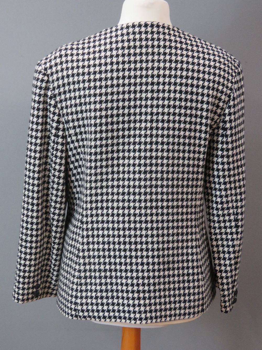A hounds tooth pattern ladies jacket, 75 - Image 2 of 3