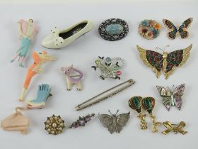A quantity of 20th century brooches including 925 silver bar brooch a/f, cat, butterflies,
