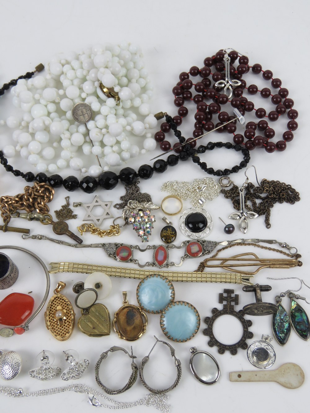 A quantity of assorted jewellery including silver signet ring, silver heart padlock clasp, - Image 3 of 3