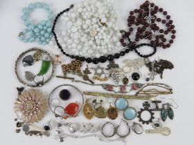 A quantity of assorted jewellery including silver signet ring, silver heart padlock clasp,