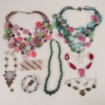 A quantity of assorted jewellery includi