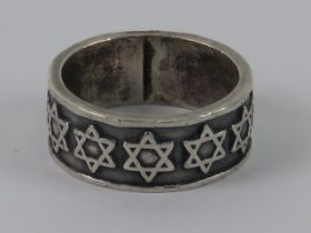 A 925 silver ring having continuous Star