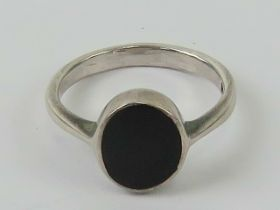 A silver and onyx signet ring, unengraved, size K-L.