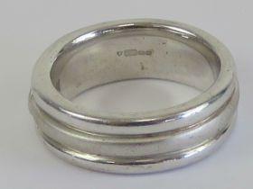 A HM silver ring having three alternatin