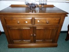 AN ERCOL MID. ELM TWO DOOR SIDE CABINET WITH TWO DRAWERS 95 X 76 CM HIGH