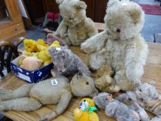 A QUANTITY OF VARIOUS ANTIQUE AND OTHER TEDDY BEARS.