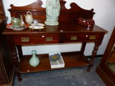 A EDWARDIAN MAHOGANY TWO TIER SERVING TABLE WITH TWO DRAWERS.