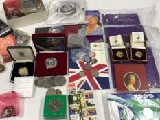A COLLECTION OF VARIOUS COINS TO INCLUDE TWO 1992 BRITANNIA 1/10th OUNCE PROOF FINE GOLD COIN,
