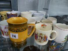 A WM. MOORCROFT GEORGE V JUBILEE TANKARD, AND A QUANTITY OF OTHER COMMEMORATIVE MUGS.