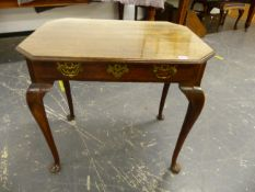 A GEORGE III OAK SIDE TABLE WITH SINGLE DRAWER STANDING ON SHAPED CABRIOLE LEGS WITH PAD FEET W 80 X