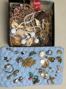 A QUANTITY OF VINTAGE AND MODERN COSTUME JEWELLERY TO INCLUDE BEADS, NECKLETS, BROOCHES, ETC.