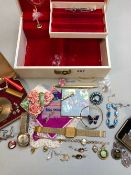 A VINTAGE JEWELLERY BOX AND CONTENTS TO INCLUDE AN ACCURIST, A HUNTANA, AND A AVIA OLYMPIC 17 JEWELS