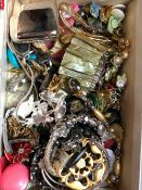 A LARGE QUANTITY OF VINTAGE AND MODERN JEWELLERY TO INCLUDE SILVER AND COSTUME PIECES, WATCHES ETC.