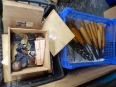 A GOOD COLLECTION OF VINTAGE TOOLS TO INCLUDE CHISELS, PLANES, CIRCULAR SAW, A VINTAGE PRINTING