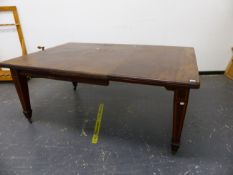 A LATE VICTORIAN / EDWARDIAN MAHOGANY AND INLAID WIND OUT EXTENDING DINING TABLE ON SQUARE TAPERED