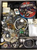 A GOOD SELECTION OF VINTAGE AND ANTIQUE JEWELLERY TO INCLUDE A MICRO MOSIAC PANEL PART BRACELET,