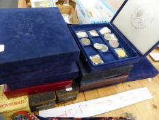 A QUANTITY OF BOXED COINS INCLUDING CROWNS, COLLECTORS MEDALLIONS, JUBILEE COMMEMORATIVES, ETC.