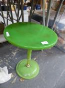 A VINTAGE MID CENTURY RETRO OCCASIONAL TABLE.