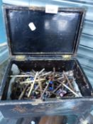 A QUANTITY OF LACE BOBBINS IN ANTIQUE LACQUER BOX.
