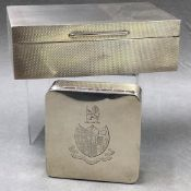 A HALLMARKED SILVER SUEDETTE LINED BOX ENGRAVED WITH AN HERALDIC LION AND FAMILY CREST, DATED 1940