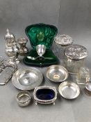 A QUANTITY OF HALLMARKED SILVER ITEMS TO INCLUDE AN EGG CUP AND SPOON IN A FITTED CASE, A SUGAR