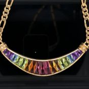 AN 18ct YELLOW GOLD AND RAINBOW GEMSET NECKLACE. THE MULTICOLOURED GRADUATED GEMSTONES IN A CRESCENT