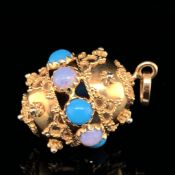 AN 18ct YELLOW GOLD OPAL AND TURQUOISE ORB PENDANT. APPROX SIZE INC BALE 3.7cms.