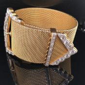 A FINE 18CT YELLOW GOLD AND DIAMOND SET MILANESE WOVEN BRACELET WITH DIAMOND BUCKLE FASTENING. THE D