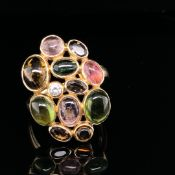 A 14ct YELLOW GOLD DIAMOND AND MULTI STONE CABOCHON GEMSTONE RING COMPRISING OF ELEVEN OVAL AND