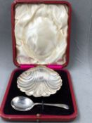 A VICTORIAN HALLMARKED CASED 82grms, SILVER SHELL FORM FOOTED DISH AND ASSOCIATED SPOON, THE DISH