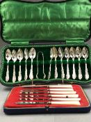 A HALLMARKED SILVER CASED ART DECO SET OF TWELVE TEASPOONS AND A PAIR OF SUGAR NIPS TOGETHER WITH