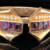 AN 18ct YELLOW GOLD DOUBLE HINGED BANGLE SET WITH AN ARRAY OF GRADUATED RECTANGULAR CUT RAINBOW
