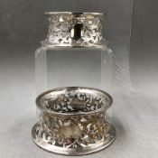A PAIR OF HALLMARKED SILVER DISH RINGS, ONE WITH CLEAR GLASS LINER, DATED 1917 LONDON, FOR PAIRPOINT