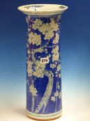 A CHINESE BLUE AND WHITE SLEEVE VASE, THE RIM FLARED ABOVE THE CYLINDRICAL BODY PAINTED WITH