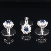 A SET OF THREE PLATINUM, SAPPHIRE AND DIAMOND CLUSTER SCREW DOWN BUTTONS IN A FITTED CASE. THE