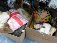 A GROUP OF TEDDY BEARS, TO INCLUDE A HAMLEYS LIMITED EDITION, VARIOUS FAUX FUR STOLES AND HATS,