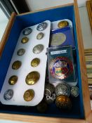 A COLLECTION OF RAILWAY UNIFORM BUTTONS AND BADGES.