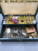 A VINTAGE TWO TIER JEWELLERY CASE AND CONTENTS TO INCLUDE A ROTARY WATCH, A VINTAGE CAMEO, WORLD WAR