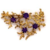 A VINTAGE 9ct GOLD HALLMARKED YELLOW GOLD AND AMETHYST STYLISED BROOCH. DATED 1973, LONDON,