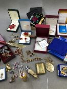 A COLLECTION OF VINTAGE COSTUME JEWELLERY TO INCLUDE A ROLLED GOLD LOCKET, A GILDED VESTA CASE,