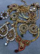 AN ASSORTMENT OF EASTERN INSPIRED COSTUME JEWELLERY.
