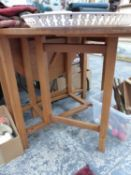 A SMALL ARTS AND CRAFTS STYLE OAK GATE LEG TABLE.