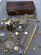 A COLLECTION OF ASSORTED GOLD PLATE, GILDED AND OTHER VINTAGE JEWELLERY TO INCLUDE A 9ct BACK AND