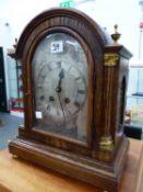 A EDWARDIAN OAK CASED STRIKING BRACKET CLOCK.