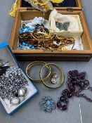 A COLLECTION OF VINTAGE COSTUME JEWELLERY TO INCLUDE BANGLES, BROOCHES, EARRINGS, FACETED AMETHYST
